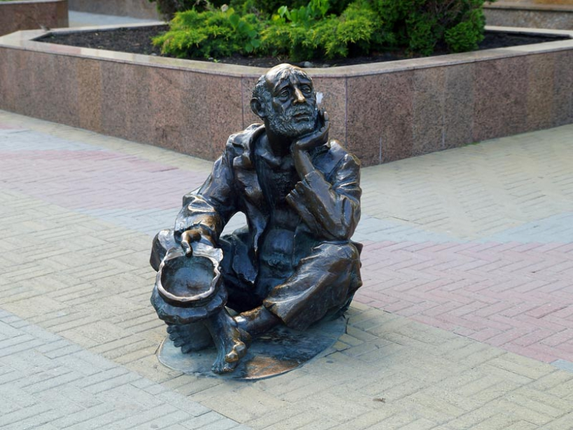 Monument beggar in Chelyabinsk - photo of russia