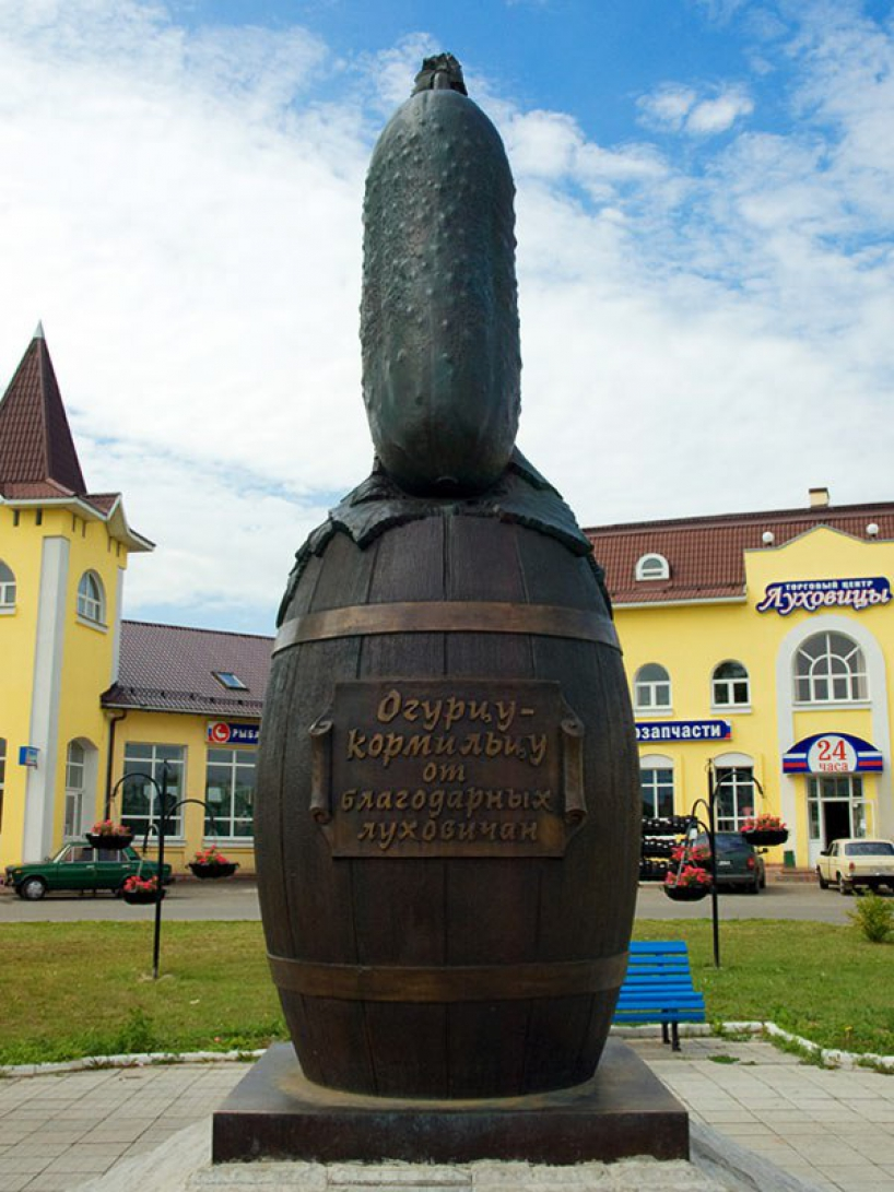 Monument cucumber in Lukhovitsy - photo of russia