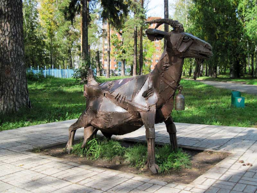 Monument goat in Izhevsk - photo of russia