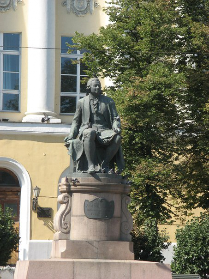 Monument to Mikhail Lomonosov in front of the Faculty of Journalism - photo of russia