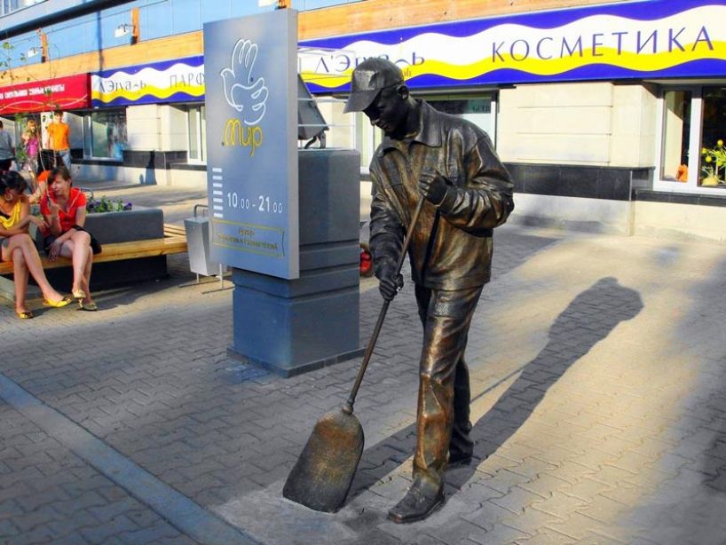 Monument to the janitor in Ufa - photo of russia