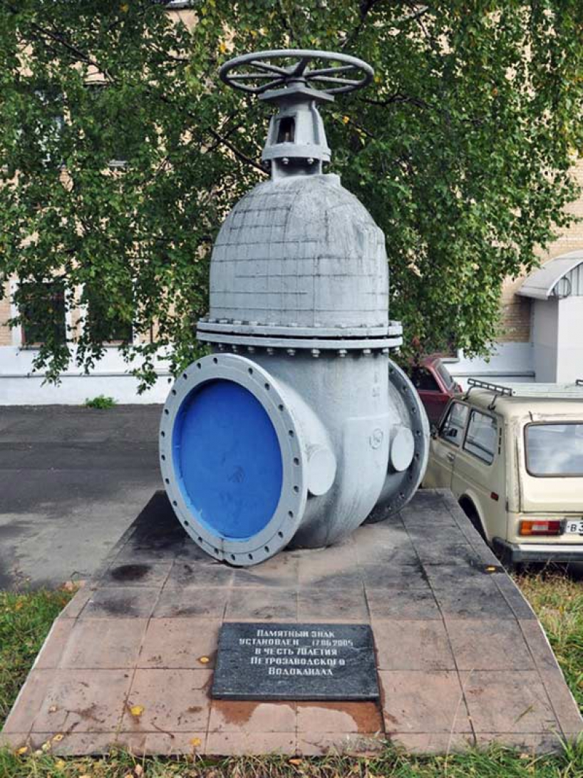 Monument to the tap in Petrozavodsk - photo of russia