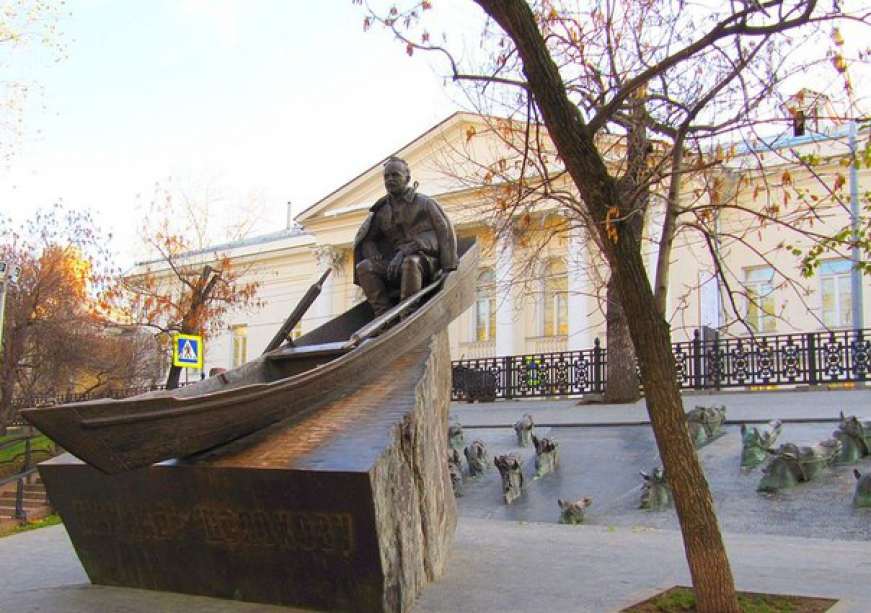 Monument to the writer Mikhail Sholokhov - photo of russia